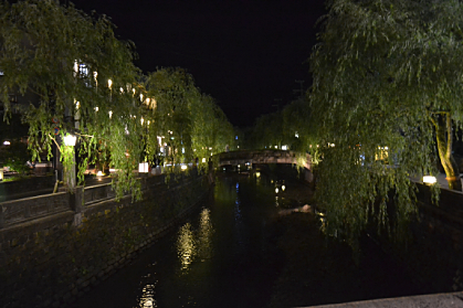 川流れる城崎の夜